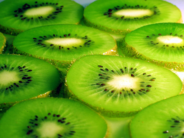 http://www.dietsinreview.com/diet_column/wp-content/uploads/2009/02/kiwi.jpg