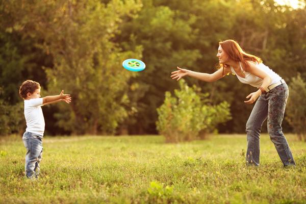mom kid frisbee